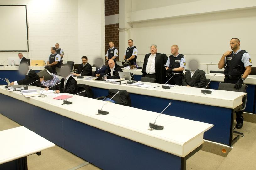 Die drei Angeklagten sitzen am 05.11.2014 vor Prozessbeginn im Oberlandesgericht in Stuttgart (Baden-Württemberg) auf ihren Plätzen (vordere Reihe M, mittlere Reihe 2.v.r, hintere Reihe 2.v.r.). Unter hohen Sicherheitsvorkehrungen begann am 05.11.2014 vor dem Oberlandesgericht Stuttgart-Stammheim der Prozess gegen drei mutmaßliche Unterstützer einer islamistischen Terrororganisation in Syrien. Foto: Sebastian Kahnert/dpa +++(c) dpa - Bildfunk+++